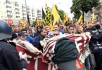 """Demonstration der """"Identitären"""" im Juni 2017 in Berlin - Sie inszenieren sich als gewaltfreie Jugendorganisation, durchbrechen aber gewaltsam eine Polizei-Absperrung."""