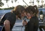 Jackson (Bradley Cooper) und Ally (Lady Gaga) präsentieren dem begeisterten Publikum einen Song, den Ally geschrieben hat.