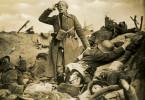 Der Leutnant (Claus Clausen) erlebt den Schrecken des Krieges und verfällt mitten im Gefecht dem Wahnsinn.