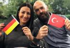 Yasemin und Christian, ein deutsch-türkisches Ehepaar, erzählt in der Dokumentation, welche Hürden es auf beiden Seiten genommen hat.