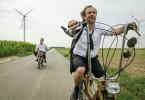 Mofatausch: Christian (Lars Eidinger, links) fährt auf der zweisitzigen Zündapp seines Bruders, während Georg (Bjarne Mädel) mal den frisierten Chopper fährt.