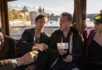 Frank Müller (Dirk Borchardt, 2. v. re.) feiert den Junggesellenabschied von seinem Bruder Jörg (Hendrik Heutmann, 2. v. li.) und seinen Freunden, dem Kunstexperten Rene (Tom Keune, li.) und der Tour-Begleiterin Ludmilla (Violetta Schurawlow).