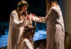 Sara bereitet die Mädchen auf die Lucia-Prozession vor. Die Mädchen (Komparsen) bereiten Malin Forsberg (Ella Lundström, M.) für den Einzug in die Kirche bereit.
