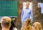 Unter dem Titel 'Neue Wege / Digitalisierung' übernimmt Frank Thelen den Unterricht an einem Gymnasium.