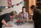 Ralph Friesners (Axel Prahl) 50. Geburtstag! Gefeiert wird mit Karin (Katharina Thalbach, r.) und Roman (Max Hegewald, M.), bevor er abends in seine Stammbar geht.
