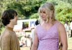 Elliot (Demetri Martin, li.) engagiert Vilma (Liev Schreiber) für seinen Schutz.