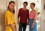 Ellen (Isabell Polak, l.) ist völlig überrumpelt: Ihre Schwester Bibi (Anna von Haebler, r.) ist mit Ellens Jugendliebe Lennard (Martin Bretschneider) verlobt!
