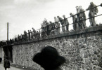 KZ-Häftlinge des Zuges am Rande der Strecke.