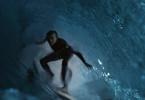 Simon (Gabin Verdet) ist mit seinen Freunden zum Surfen gefahren. Von der Tragödie, die sich danach entwickelt, ahnt noch niemand etwas.