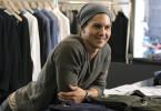 Für den gut aussehenden Sebastian (Tim Oliver Schultz) läuft alles wie von selbst: Tagsüber jobbt er in einer angesagten Modeboutique, abends flirtet er sich durch die Clubs der Stadt. Und er hat einen Traum: Eines Tages möchte er als Sänger im Rampenlicht stehen!