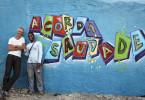 In seinem Dokumentarfilm geht Thomas Riedelsheimer (l) an fünf verschiedenen Orten der Welt dem Gefühl von Sehnsucht nach - hier mit dem jungen Sprayer Tazy in Lissabon in einem Einwandererviertel, das von Träumen und Sehnsüchten geprägt ist.