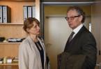 Frau Völz (Christina Große, l.) erfährt, dass ihr Mann  Holger Völz (Thomas Bading, r.) mit einer Prostituierten fremdgegangen ist.