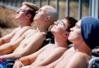 Gönnen sich eine Auszeit, von links: Alex (Timur Bartels), Leo (Tim Oliver Schultz), Toni (Ivo Kortlang) und Jonas (Damian Hardung).