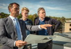 Geheimaktion im einstigen NS-Ferienkomplex auf Rügen: Peer (Dirk Borchardt, re.) und Kai (Lukas Zumbrock, Mitte) haben einen Termin beim Immobilienmakler (Nils Schulz).