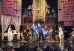 """Berlin, Sommer 1928. Premiere der """"Dreigroschenoper"""" im Theater am Schiffbauerdamm. Der Schauspieler Harald Paulsen (Ole Eisfeld) singt als Mackie Messer zusammen mit Tiger Brown den """"Kanonen Song"""", einen Gassenhauer, der das Premieren-Eis bricht und die Zuschauer zu Beifallsstürmen hinreißt. Das Stück wird, vor allem durch die Songs von Kurt Weill, ein Welterfolg. """"Und der Haifisch, der hat Zähne ..."""""""
