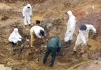 Mitarbeiter der Internationalen Kommission für Vermisste Personen (ICMP) bei der Arbeit an einem Massengrab in Tomasica (Bosnien) im September 2013.