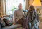 Nach Meinung ihrer Tochter Harriet (Kristin Andersson, re.) war Jennys (Lotta Tejle, li.) Auftreten bei der Bank nicht taff genug, um einen Kredit für eine neue Wohnung zu erhalten.