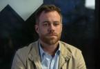 Sebastian (Bernhard Piesk) sitzt an der Bushaltestelle. Soll er zurück nach Schwielow fahren und um seine Frau kämpfen?