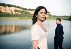 Judith (Christina Hecke) und Freddy (Robin Sondermann) vor dem See