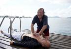 Matula (Claus Theo Gärtner, r.) versucht, das Leben des Yachtbesitzers Ingo Schumann (Jochen Horst, l.) zu retten.