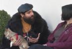 Firas Alshater  (l.) begegnet auf seiner Reise vielen Menschen, mit denen er Gespräche über Religion und Glaube führt.
