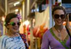 Von links: Anneliese Behrens (Hannelore Elsner) und Susanne Neuendorff (Anneke Kim Sarnau) beim Shoppen auf dem Markt.