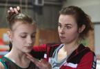 Ava (Carolin Dorzweiler) und Trainerin Nina (Karin Hanczewski, re.).