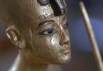 Diese vergoldete Pharaofigur stammt aus dem Grabschatz des Tutanchamun und soll ihn darstellen. Allerdings weist die Wölbung der Brüste eher auf eine junge Frau als einen Mann hin …