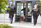 Freiburger Polizisten eilen zu einer Straßenbahn.