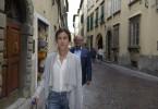 Laura (Wolke Hegenbarth) will abreisen, als Emanuele (Rolf Sarkis)  ihr auflauert, um ihr einen letzten Brief von ihrer Mutter zu geben, der vielleicht die ganze Situation des Betrugs noch mal erhellt.