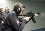 An der Polizeiakademie Nienburg (Weser) schießt ein junger Polizist in Ausbildung zum ersten Mal mit der Maschinenpistole MP5.
