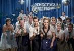 """Monika (Sonja Gerhardt, Mi. re.) und Freddy (Trystan Pütter, Mi. li.) treten mit ihrem Song """"""""Rock 'n' Roll Fever"""""""" in der Fernsehshow """"""""Rendezvous nach Noten"""""""" auf."""