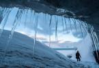 Nach dem Klettern im Gletscher von Spitzbergen erreicht das Terra X-Team den Ausgang.