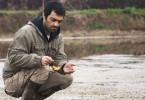 Mit Hingabe kümmert sich Reza (Reza Akhlaghirad) um seine Goldfische.