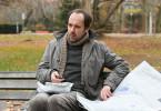 Nach der überraschenden Kündigung an seinem Geburtstag weiß Max (Felix Knopp) nicht, wohin und flüchtet sich in den Park.