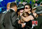Das Fernsehen ist weltweit faszinierend. RTL präsentiert nun die Highlights der Fernsehgeschichte. U.a. dabei: Nach der Schocknachricht von Michael Jacksons Tod sind die rührenden Worte seiner Tochter Paris bei der Trauerfeier unvergessen. Übrigens eines der meistgesehenen Fernsehmomente der TV-Geschichte. Janet (r.) und LaToya Jackson (l.) versuchen Paris zu trösten.