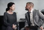 Verfassungsschützerin Mechthild Dombrowski (Gudrun Landgrebe) hat Schwierigkeiten, die von ihrem Vorgesetzten Matthias Frings (Fabian Siegismund) geführten Ermittlungen hinauszuzögern.