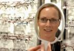 Kundin beim Optiker: Brillen sind heute nicht mehr nur Sehhilfe, sondern auch Modeaccessoire.