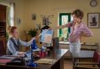 Elli (Adina Vetter, r.) täuscht der Standesbeamtin (Laura Lo Zito, l.) eine Schwangerschaft vor und bekommt daher einen frühzeitigen Hochzeitstermin.