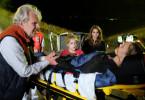 Paul (Peter Sattmann), Ronja (Emilia Pieske, Mitte) und Nina (Cristina do Rego) sorgen sich um die verletzte Laura (Inez Bjørg David, vorne).