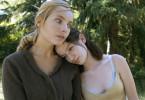 Juliane (Nadja Uhl) und Antonia (Nina Gummich): Mutter und Tochter in einem Moment der Eintracht.