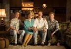 Patricia Kelly (2.v.l.) unternimmt mit ihrem Ehemann Denis Sawinkin (2.v.r.) und den Söhnen Ignatius (l.) und Alexander (r.) eine Zeitreise in das Jahr 1981.