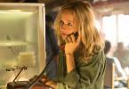 In aller Eile ist Sybille Thalheim (Stefanie Stappenbeck) in eine Bar gelaufen, um ihre Freundin anzurufen und um Hilfe zu bitten.