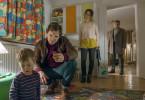 Sebastian Bootz (Felix Klare) versucht, aus dem dreijährigen Philipp (Lias Funck) hervorzulocken, welches Auto er gesehen hat und was damit passierte. (im Hintergrund Amelie Kiefer als Sophie Kauert und Richy Müller als Thorsten Lannert).