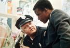 Polizei-Chef Bill Gillespie (Rod Steiger, links) merkt immer mehr, dass er von dem schwarzen Detektiv Virgil Tibbs (Sidney Poitier) viel lernen kann.