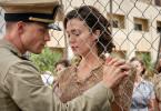 """Der Pilot Richard """"Dick"""" Best (Ed Skrein) will seine Frau Ann Best (Mandy Moore) zurück in die USA schicken. Aber sie weigert sich, zu gehen."""