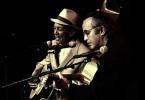 """Ry Cooder (vorne), der Initiator des """"Buena Vista Social Club""""-Projekts, spielt gemeinsam mit dem kubanischen Musiker Compay Segundo."""