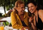 Lisa (Suzan Anbeh, rechts) zeigt ihrer Mutter Elke (Gaby Dohm) die lange Strecke, die sie schwimmend zurückgelegt hat.