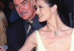 "Sean Connery mit Catherine Zeta Jones bei der Hollywood Premiere ihres gemeinsamen Films ""Verlockende Falle"" (April 1999)"