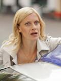 """Caroline Peters in der gefeierten Krimiserie """"Mord mit Aussicht""""."""